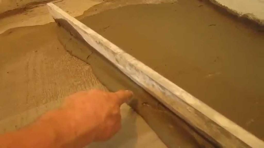 Livellare il pavimento con la colla per le piastrelle è lo strato