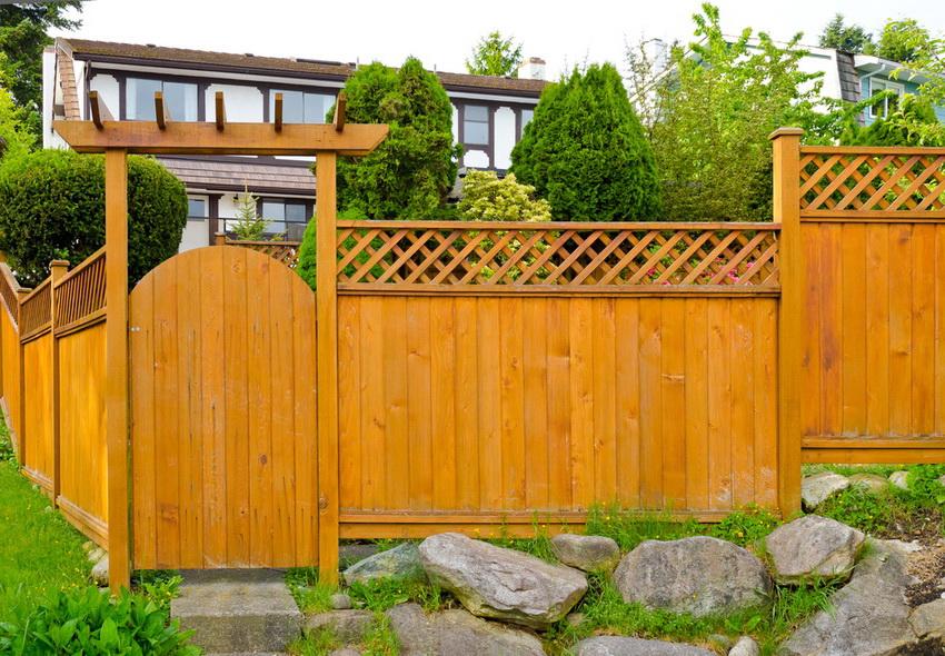 красивые деревянные заборы для частных домов фото недостатки эмалевым покрытием