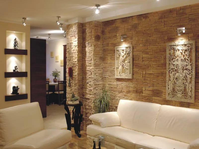 Muro di pietra all\'interno. Pietra artificiale all\'interno del soggiorno
