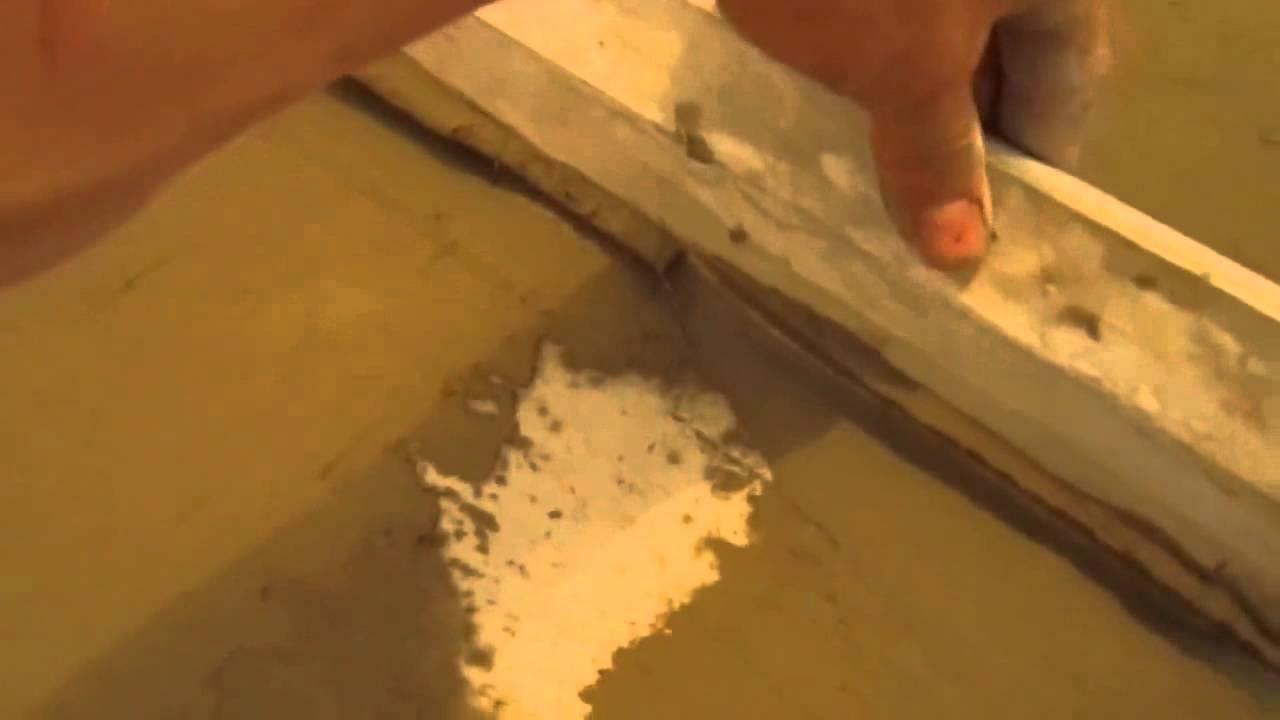 Livellamento del pavimento con una colla per piastrelle che si